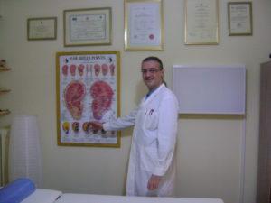 ο Φυσίατρος Γκατζούνης Θεόδωρος καθώς δείχνει ωτικό χάρτη με σημεία που χρησιμοποιούνται στην Ωτοθεραπέια στα μπορεί να γίνει και Ωτοβελονισμός