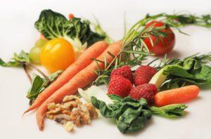 καρότο σπανάκι φράουλα πιπεριά καρύδια που μπορούν να ωφελήσουν στην διατροφή ανάλογα με την ομάδα αίματος