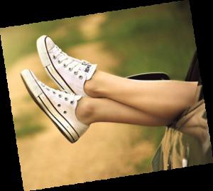 κοπέλα που ξεκουράζει τα πόδια της έχοντας τα ανηψωμένα