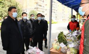 ο πρόεδρος της Κίνας Σι Τζινπίνγκ στην wuhan και άλλοι αξιωματούχοι, φορώντας μάσκα για να προστατευτεί από την έκθεση στον κορωνοιό