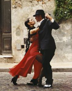 Ζευγάρι που χορεύει στο δρόμο, καθώς ο χορός αποτελεί σημαντικό σημαντικό στοιχείο στον Δεκάλογο της Καραντίνας