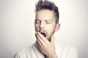 άντρας που χασμουριέται από αϋπνία, την οποία θα μάθετε πώς να αντιμετωπίσετε με τους 11+1 Τρόπους που σας παρέχει ο Δωρεάν οδηγός