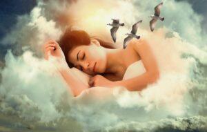 γυναίκα που κοιμάται και ονειρεύεται σύννεφα και γλάρους, έχοντας αντιμετωπίσει την αϋπνία, όπως θα μάθετε κι εσείς με τους 11+1 Τρόπους που σας παρέχει ο Δωρεάν οδηγός