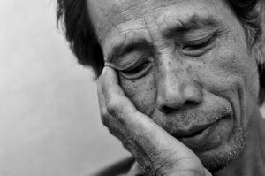 άντρας που κοιμάτε καθιστός από κόύραση που προκαλεί στην μέρα η αϋπνία, την οποία θα μάθετε πώς να αντιμετωπίσετε με τους Τρόπους που σας παρέχει ο Δωρεάν οδηγός