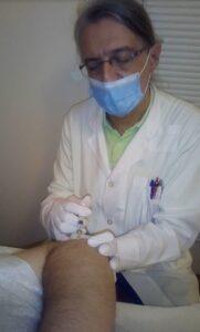 Ο Ιατρός Φυσικής Ιατρικής και Αποκατάστασης Γκατζούνης Θεόδωρος εφαρμόζει τη μέθοδο της θεραπευτικής μεσοθεραπείας σε ασθενή με πάθηση του αγκώνα
