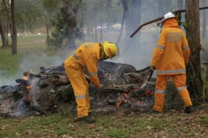 Δύο πυροσβέστες που συμμετέχουν στην κατάσβεση σε Δασικές πυρκαγιές, συντελόντας στην προστασία και την υγεία των ευάλωτων συνανθρώπων μας